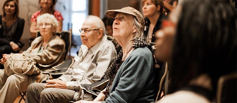 Groupe devant la vitrine musique du monde