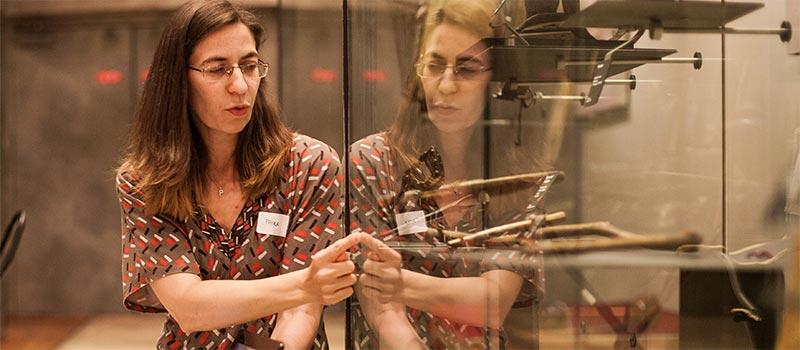 Paola Goj devant une vitrine musiques du monde