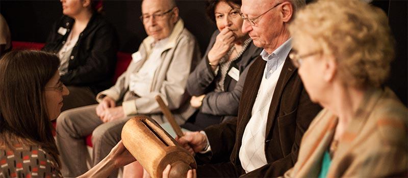 Pierre Laroche jouant du tambour à fentes