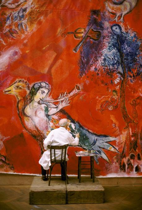 Photo Marc Chagall travaillant aux panneaux du Metropolitan Opera de New York